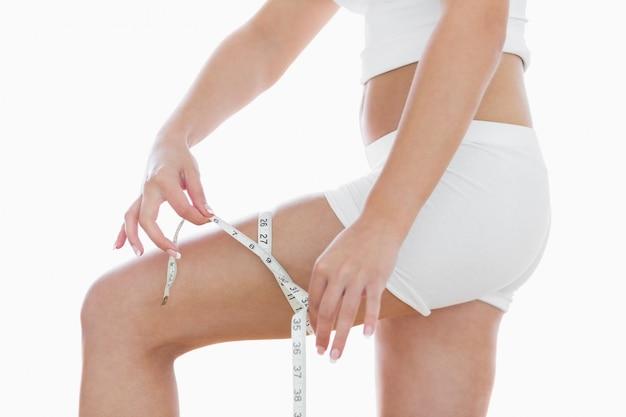 허벅지를 측정하는 여자의 중앙부