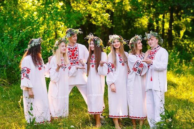В середине лета. группа молодых людей славянской внешности на праздновании иванова дня.