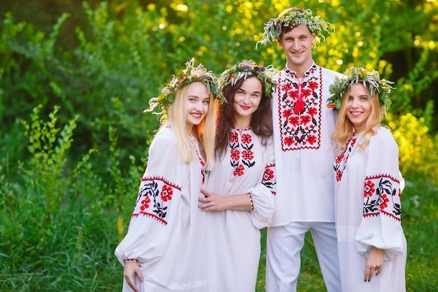 Середина лета. группа молодых людей славянской внешности на праздновании иванова дня.