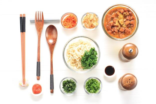 Mie ayam、ヌードルノリングコンセプトのインドネシアの人気屋台の食べ物