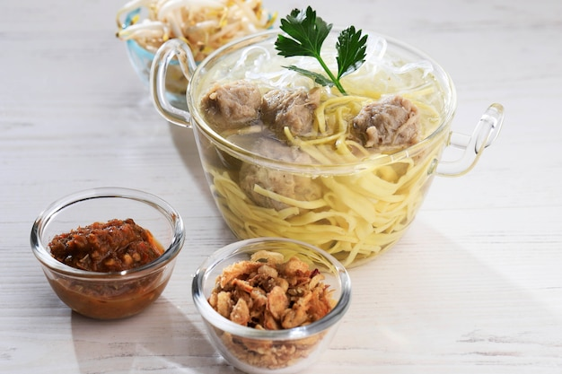 Мие баксо популярная индонезийская уличная еда, состоящая из фрикаделек и супа с лапшой