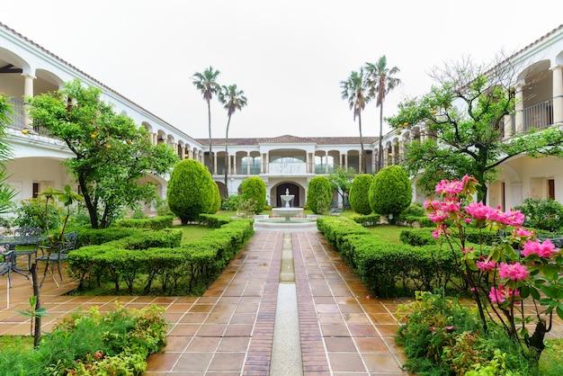 Миэ, япония - 7 мая 2018 г .: великолепный дизайн сада в курортном отеле