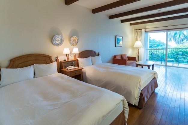 Миэ, япония - 7 мая 2018: интерьер роскошных уютных ярких и современных двухместных кроватей в курортном отеле