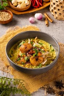 Мие сото аям или сото медан с креветками - это традиционный куриный суп с лапшой из северной суматры.