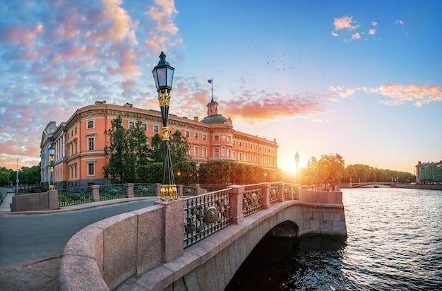 Михайловский замок в санкт-петербурге у фонтанки в лучах заходящего солнца