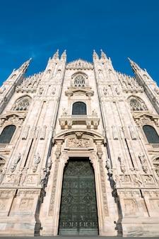 ミラノ大聖堂の扉(ミラノのドゥオーモ)、イタリア。サンタマリアナセンテに捧ぐ
