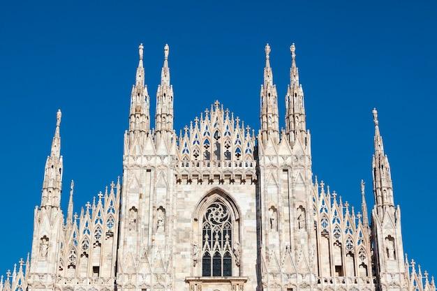 밀라노 대성당 (두오모 디 밀라노)은 이탈리아 밀라노의 대성당 교회입니다. santa maria nascente 전용