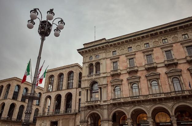 ミラノ、イタリア2020年3月10日:ミラノのドゥオーモ広場の詳細