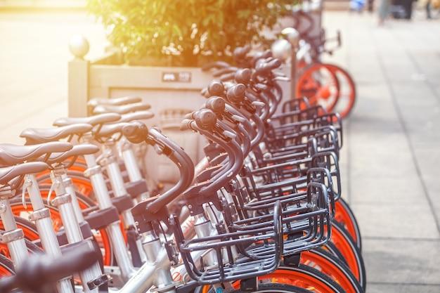 밀라노, 이탈리아-14.08.2018 : 밀라노 시내 자전거 대여 및 주차.