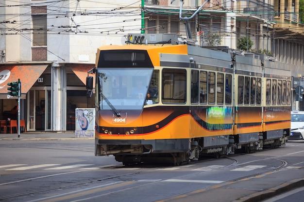 밀라노, 이탈리아-14.08.2018 : 트램, 도시 거리의 오래되고 역사적인 교통 수단. 역사 및 문화 유산. 여행.