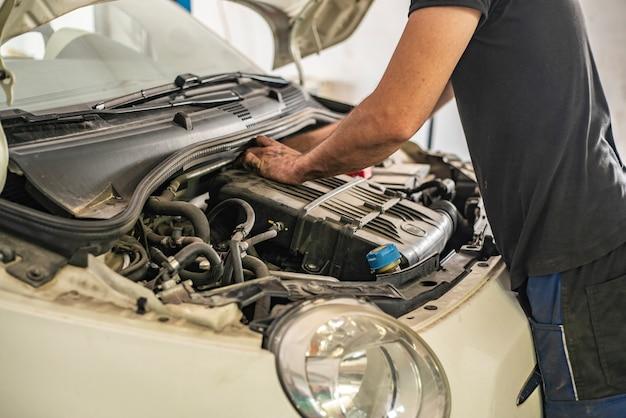 Милан, италия 14 июля 2021 г .: механический ремонт детали двигателя, работающего на метане, в мастерской
