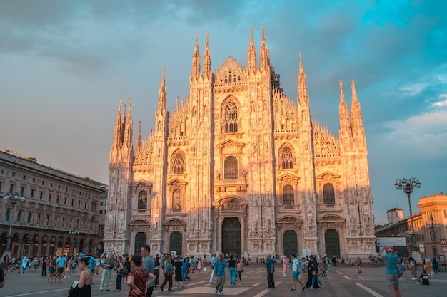 Милан, италия: миланский собор и галерея витторио эмануэле на площади пьяцца дуомо вечером.