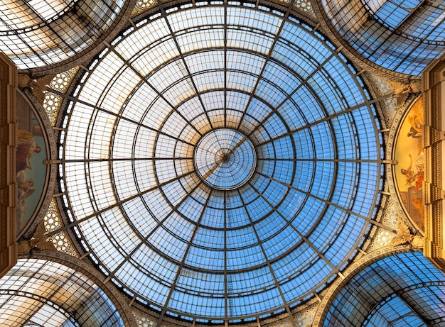 Милан, италия - около августа 2020 года: архитектура в миланской галерее моды, италия. архитектурная деталь купольной крыши.