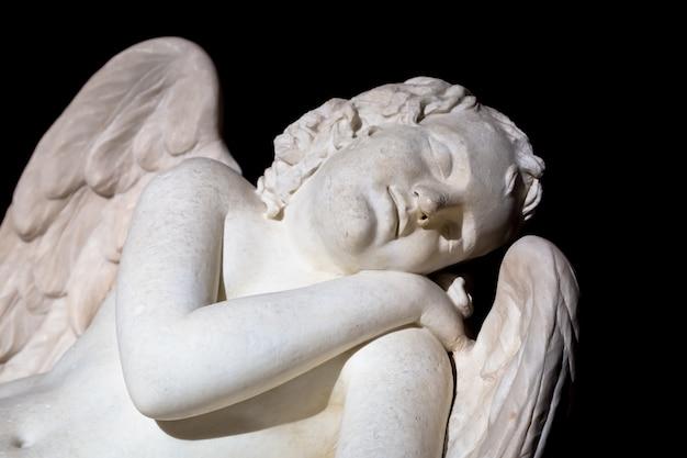 イタリア、ミラノ-2020年8月頃:かわいい眠っている天使。大理石で作られた像、18世紀の終わり、未知の彫刻家。睡眠、無垢、新生児のコンセプト。