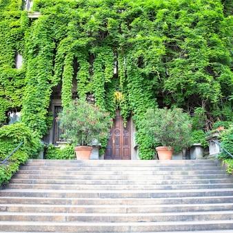イタリア、ミラノ-2020年8月頃-この古いイタリアの建物での自然と不動産の統合