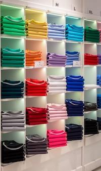 Милан, италия - около августа 2020 года: интерьер магазина рубашек поло. магазин модной одежды в милане.