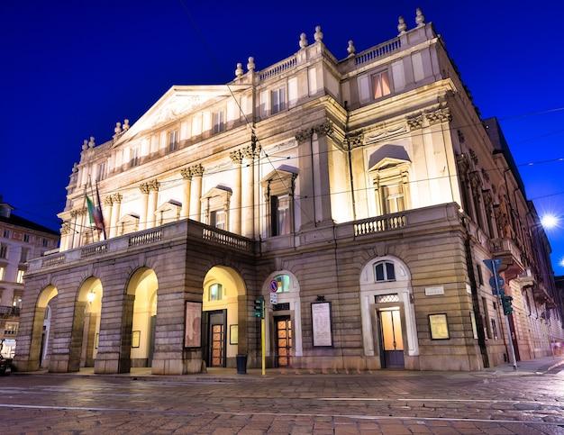 밀라노, 이탈리아 - 2020년 8월경: 밤에 라 스칼라 극장. 1778년에 지어진 가장 유명한 이탈리아 건물 중 하나입니다.