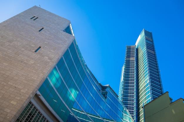 Милан, италия - около сентября 2020 года: расположенный в центре милана, регион ломбардия (ломбардия) является одним из самых известных современных небоскребов в италии.