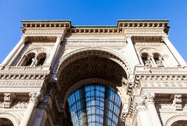 Милан, италия. вход в знаменитую галерею витторио эмануэле на голубом небе.