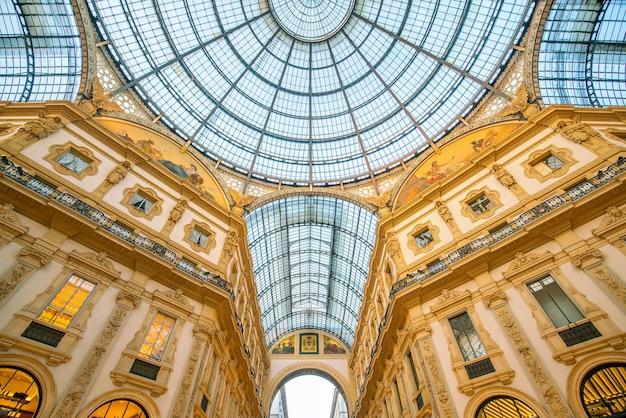 Милан, италия - 11 июня 2017: интерьер galleria vittorio emanuele ii - один из самых популярных торговых районов милана.