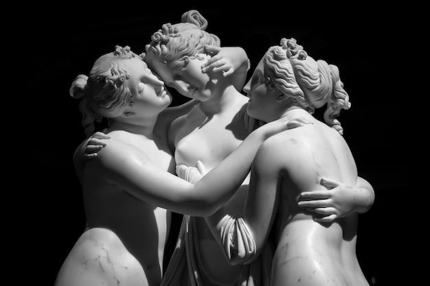 이탈리아 밀라노 - 2020년 6월: antonio canovaãƒâ¢ã'â€ã'â™s 동상 the three graces(le tre grazie). 대리석으로 만든 신고전주의 풍 조각, 신화에 나오는 세 개의 은총(로마에서 제작, 1814-1817)