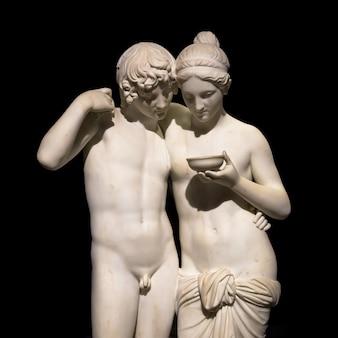 Милан, италия - июнь 2020 года. шедевр бертеля торвальдсена «амур и психея» (amore e psiche, 1861), символ вечной любви.