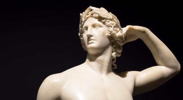 Милан, италия - июнь 2020 года: античная скульптура аполлон, кричащий сам - 1782 год - шедевр антонио кановы. итальянский музей интеза.