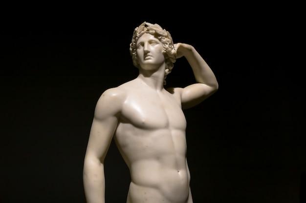 Милан, италия - июнь 2020 года: древняя скульптура аполлон, венчающий себя - 1782 год - шедевр антонио кановы. итальянский музей интеза.