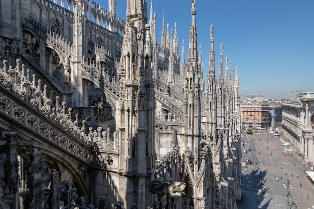 밀라노, 이탈리아 - 2018년 6월 27일: 밀라노 대성당(duomo di milano)의 근접 촬영 외관은 밀라노 대성당 교회입니다. 탄생의 성 마리아에게 헌정된 밀라노 대주교의 자리입니다.