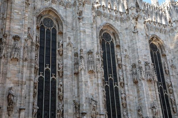 이탈리아 밀라노 - 2018년 6월 27일: 밀라노 대성당(duomo di milano) 외부의 탁 트인 전망은 밀라노 대성당 교회입니다. 탄생의 성 마리아에게 헌정된 밀라노 대주교의 자리입니다.
