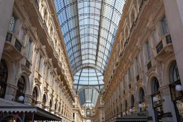 Милан, италия - 27 июня 2018: панорамный вид на интерьер galleria vittorio emanuele ii. это старейший действующий торговый центр италии и главная достопримечательность милана на площади пьяцца дель дуомо (соборная площадь).