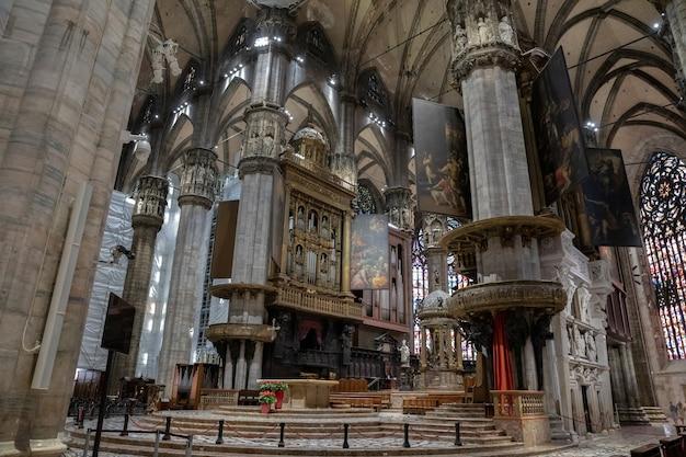 Милан, италия - 27 июня 2018: панорамный вид на интерьер миланского собора (duomo di milano) - кафедрального собора милана. посвященный святой марии рождества христова, он является резиденцией архиепископа милана.