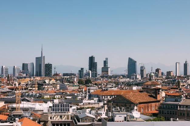 Милан, италия - 27 июня 2018: панорамный вид на город милан с современными зданиями из миланского собора (миланский собор). летний солнечный день и голубое небо