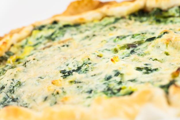 イタリア、ミラノ:有名なレストランのアスパラガスケーキ。健康的でおいしい食べ物の実例。