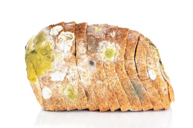 빵 한 조각에 곰팡이. 흰색 배경에 고립 된 곰팡이로 덮여 빵의 오래 된 덩어리