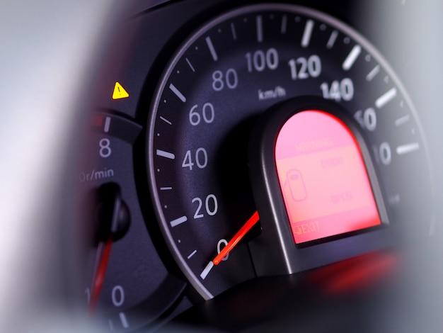 車のクローズアップでマイルスピードメーター。