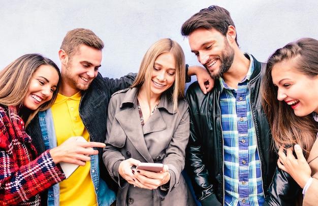 모바일 스마트 폰으로 즐거운 순간의 마일 니얼 친구들-항상 소셜 미디어 기기에 연결되는 젊은이들