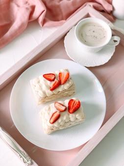 크림과 딸기, 커피 한 잔을 곁들인 밀피 케이크