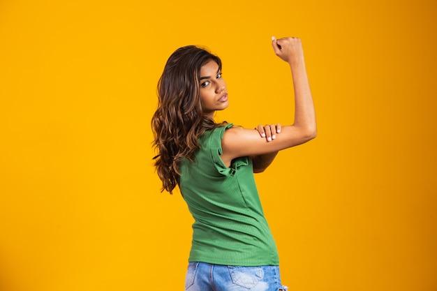 Воинственность. женщина-коготь. мы можем сделать это. равные права. женский день