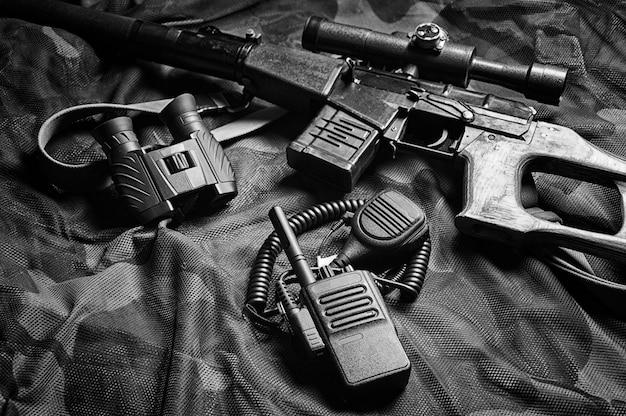 ミリタリーアクセサリー、サバイバルキット、ミリタリーキャンペーン。世界の戦争と不安定さの概念。侵略者と擁護者。ミクストメディア