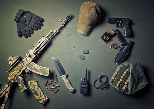 군사 액세서리, 생존 키트, 군사 캠페인. 세계의 전쟁과 불안정의 개념. 공격자와 수비수.