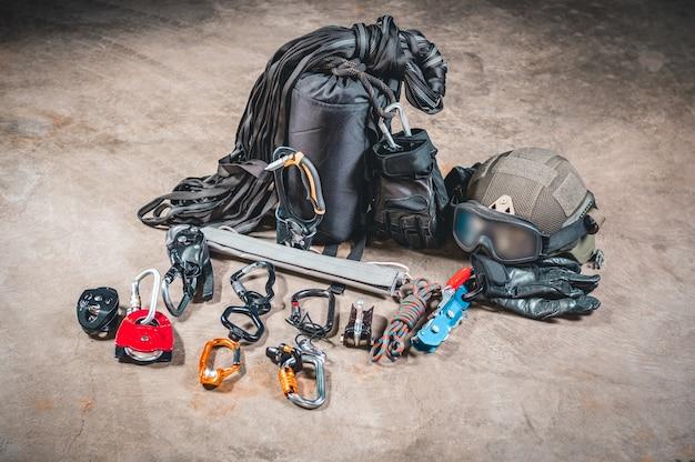 Набор военного альпиниста. крепления для штурма зданий и спасения заложников. концепция спецназа.