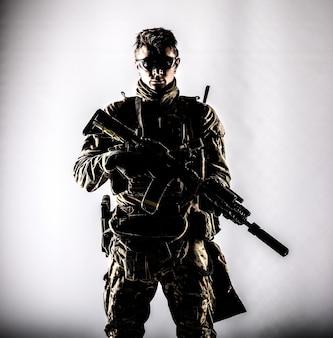 군사 회사 용병, 육군 특수 부대 군인, 위장 전투복을 입은 현대적인 전투원, 탄도 안경, 흰색 배경에 소음기가 있는 무장 돌격 소총