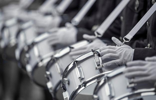 Военные барабанщики играют на барабанах. селективный фокус крупным планом.