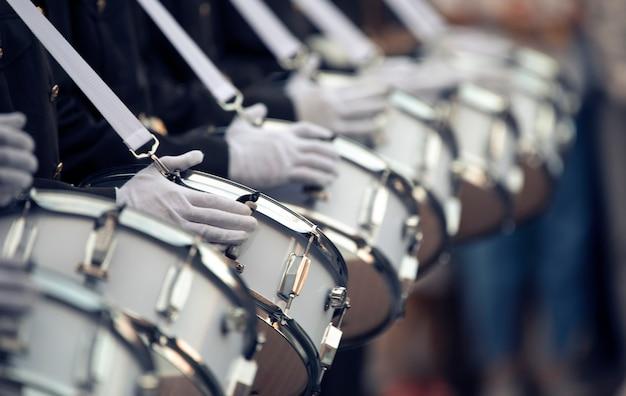 軍のドラマーはドラムを演奏します。クローズアップセレクティブフォーカス。