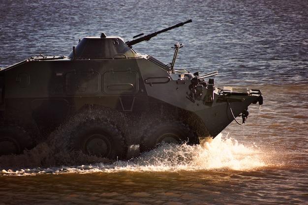 Военная техника на демонстрации на воде