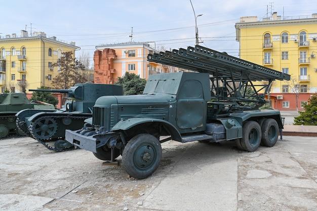 볼고그라드 거리에 있는 제2차 세계 대전의 군사 장비.