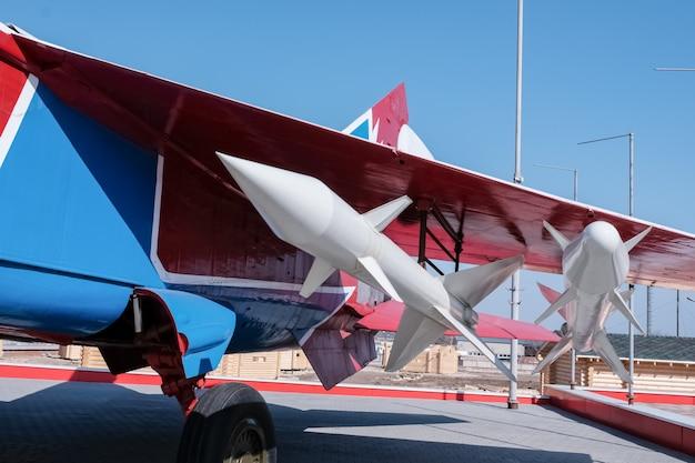 軍事機器。ソ連とロシアの古い軍事機器。飛行機の翼の下のロケット。