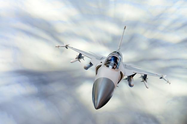 Военный истребитель на высокой скорости, высоко в небе.