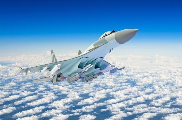 Военный истребитель над облаками.